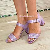 Женские кожаные босоножки на устойчивом каблуке, декорированы бусинками, фото 2