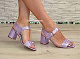 Женские кожаные босоножки на устойчивом каблуке, декорированы бусинками, фото 3