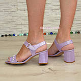 Женские кожаные босоножки на устойчивом каблуке, декорированы бусинками, фото 5