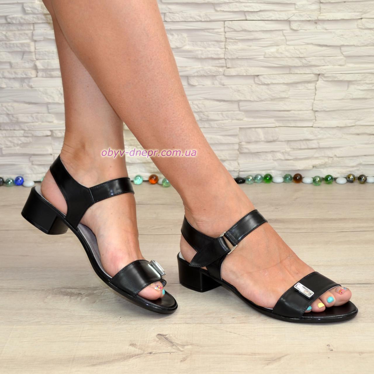 Женские кожаные босоножки на маленьком каблуке, цвет черный