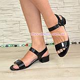 Женские кожаные босоножки на маленьком каблуке, цвет черный, фото 2