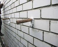 Заливка утеплителя в пустоты между стен