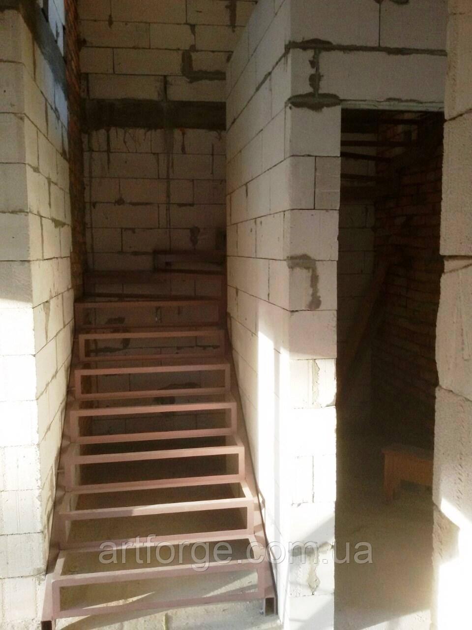Поворотно-забежной каркас лестницы под обшивку. П-образная лестница