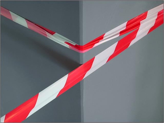 бело-красная лента для ограждения