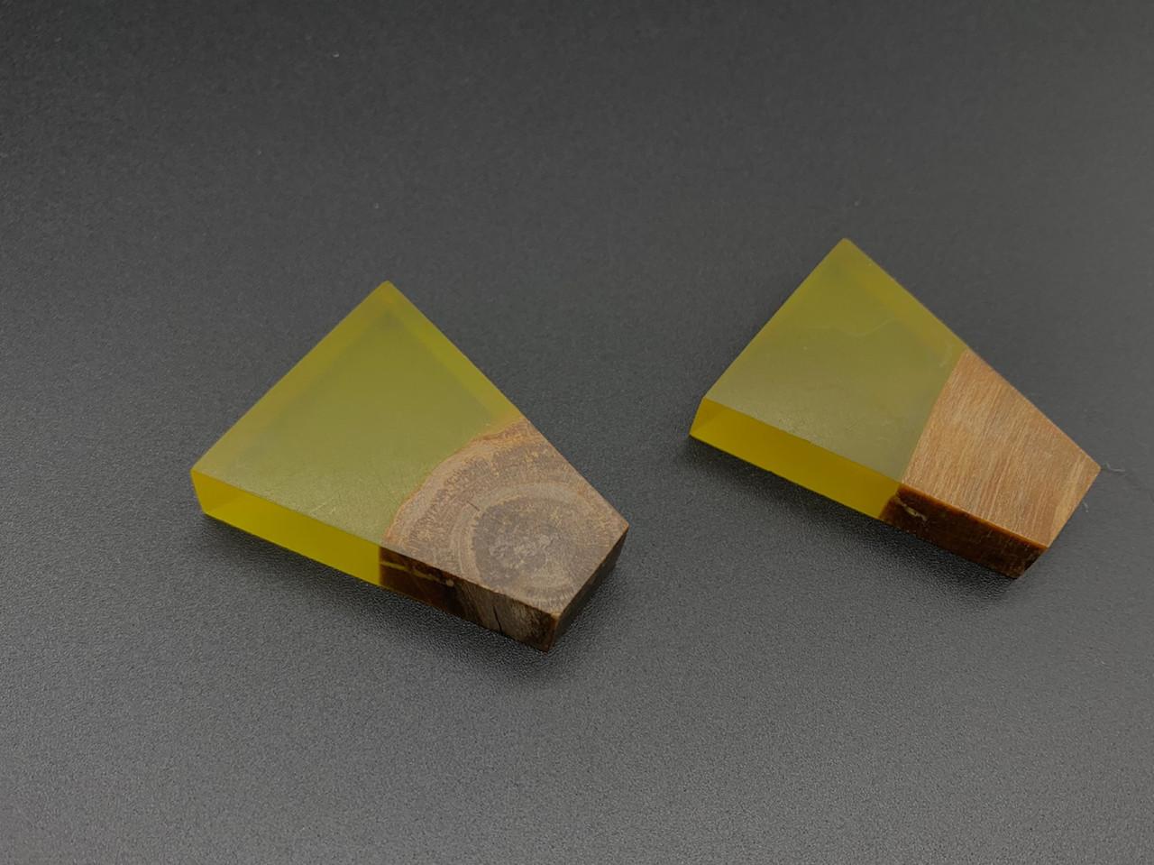 Эпоксидные подвески с деревом. Цвет желтый. 45х35мм
