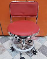 Красное парикмахерское кресло со спинкой