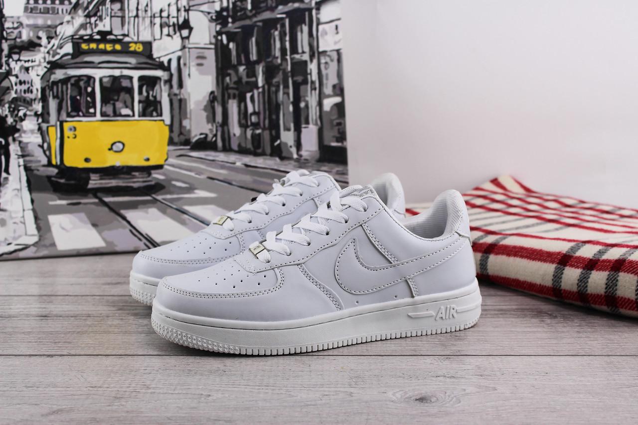 Женские кожаные кроссовки Nike Air Force Low (Найк Эйр Форс Лоу) - белые, подростковые, с белым логотипом