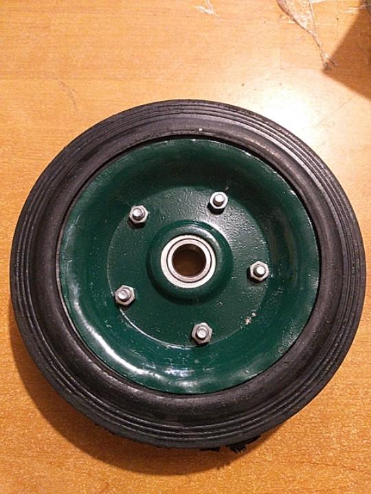 Колесо для тележки диаметром 180 мм.