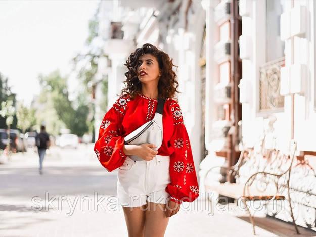 Фото сучасної української вишитої сорочки для дівчини