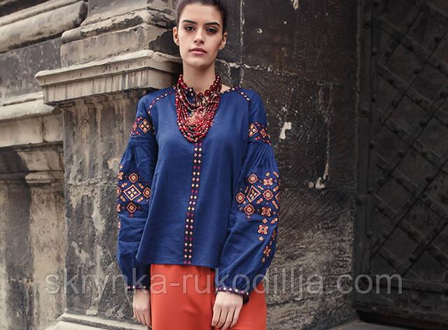 Фото синьої вишитої блузки з геометричним орнаментом