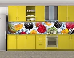 Кухонный фартук Ягоды и фрукты в воде, Фотопечать скинали на кухню, Еда, напитки, белый