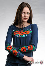 Женская вышитая футболка темно-синего цвета с длинным рукавом «Маковое поле», фото 2