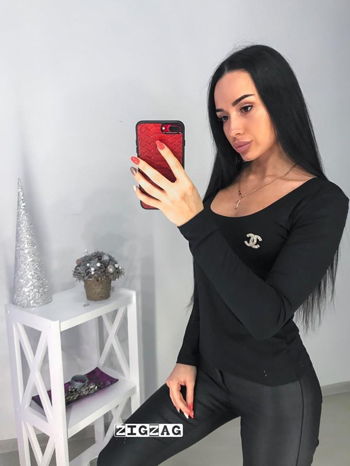 Женская кофточка со значком