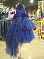 Очень красивое платье-шлейф синего цвета из легкого струящегося фатина на выпускной вечер для девочки