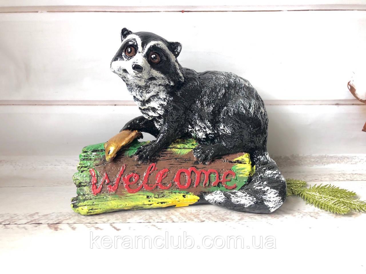 Садовая фигура: енот Welcome