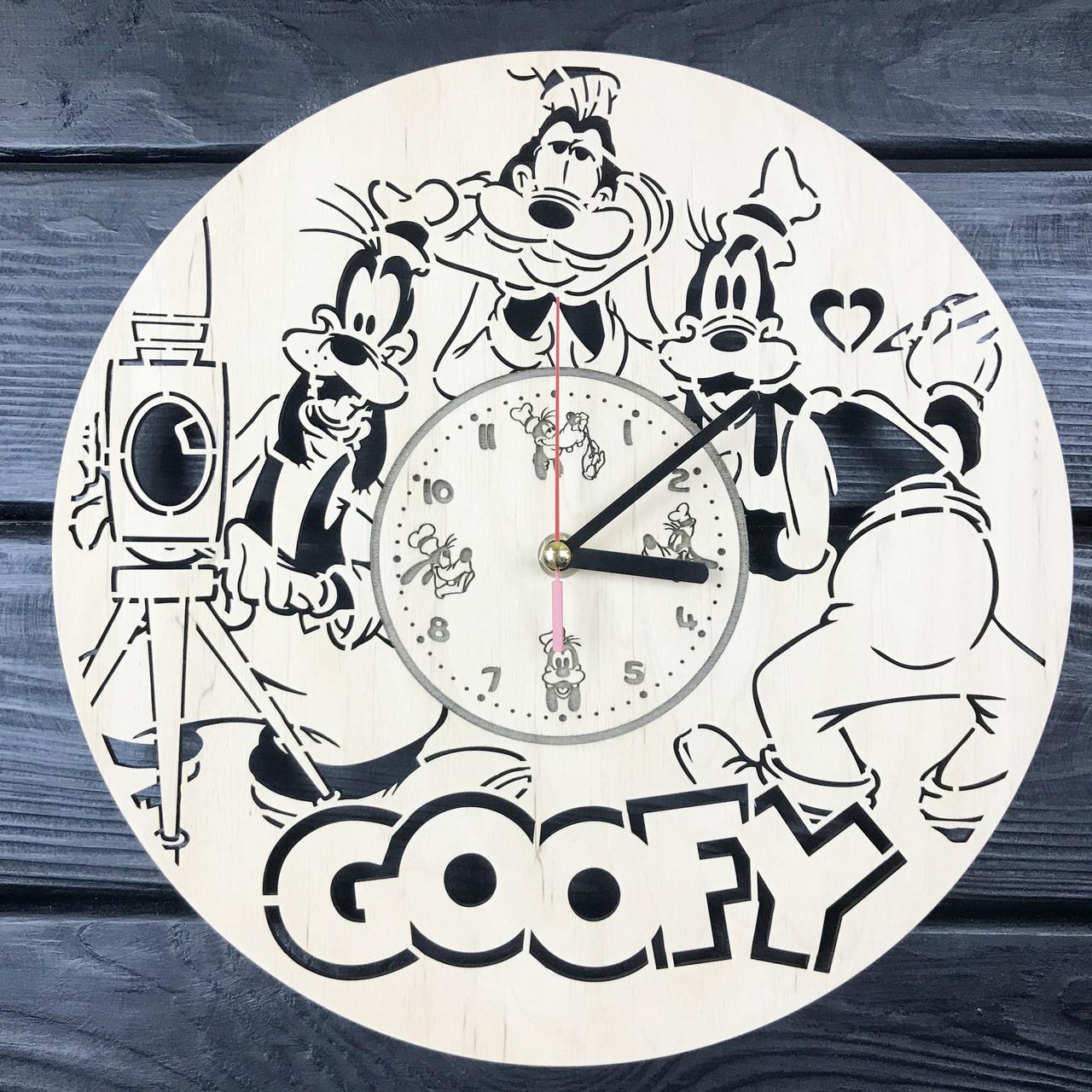 Настенные часы из дерева в детскую «Гуфи»