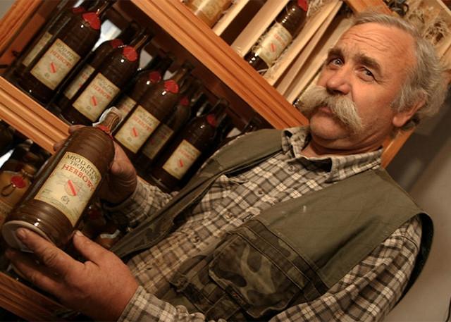 Виробник Maciej Jaros створює питний мед «під ключ»: від самого меду до керамічних пляшок, куди розливає напій. Це відрізняє його мед від фабричного медового вина. Джерело: https://www.pasiekajaros.com/.