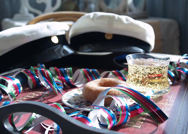 Традиційні елементи Vappu — сіму та особливі капелюхи. Джерело: http://fairytalefinland.blogspot.com/.