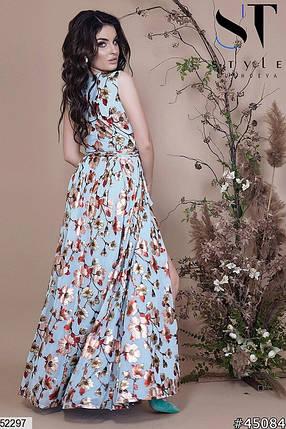 Нарядное платье макси на запах без рукав полуоблегающее голубое с принтом, фото 2