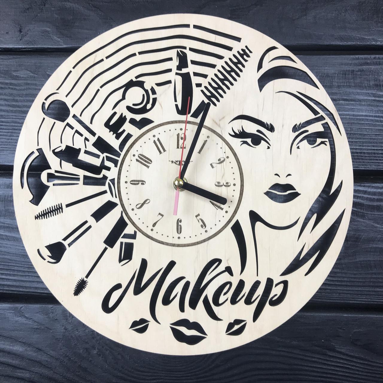 Дизайнерские настенные часы из дерева в салон красоты