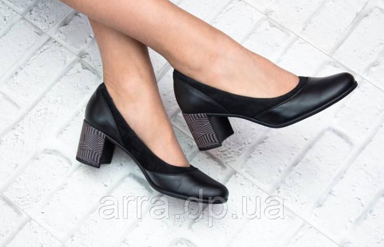 Классические туфли на красивом каблуке