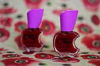 Глянцевый лак для ногтей бордового цвета