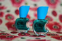 Перламутровый лак для ногтей изумрудного цвета