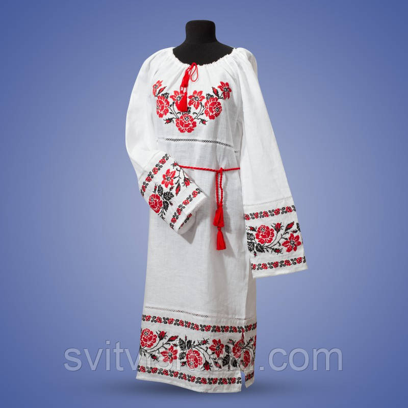Вышитое платье на белом полотне с длиным рукавом