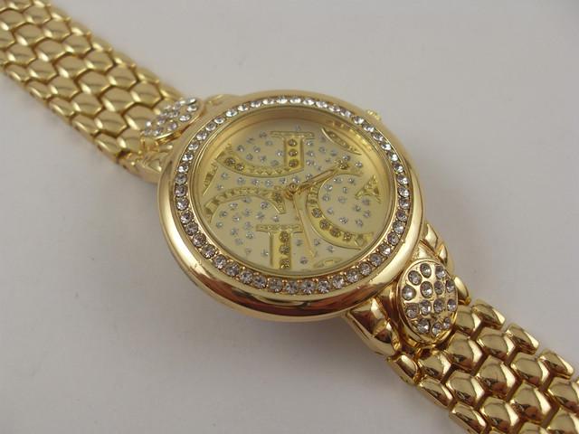 86da3e7aa77f Женские наручные часы Guess 1678 в золотистом корпусе. Корпус и циферблат  этих дизайнерских часов украшен стразами. Тип механизма кварцевый ...