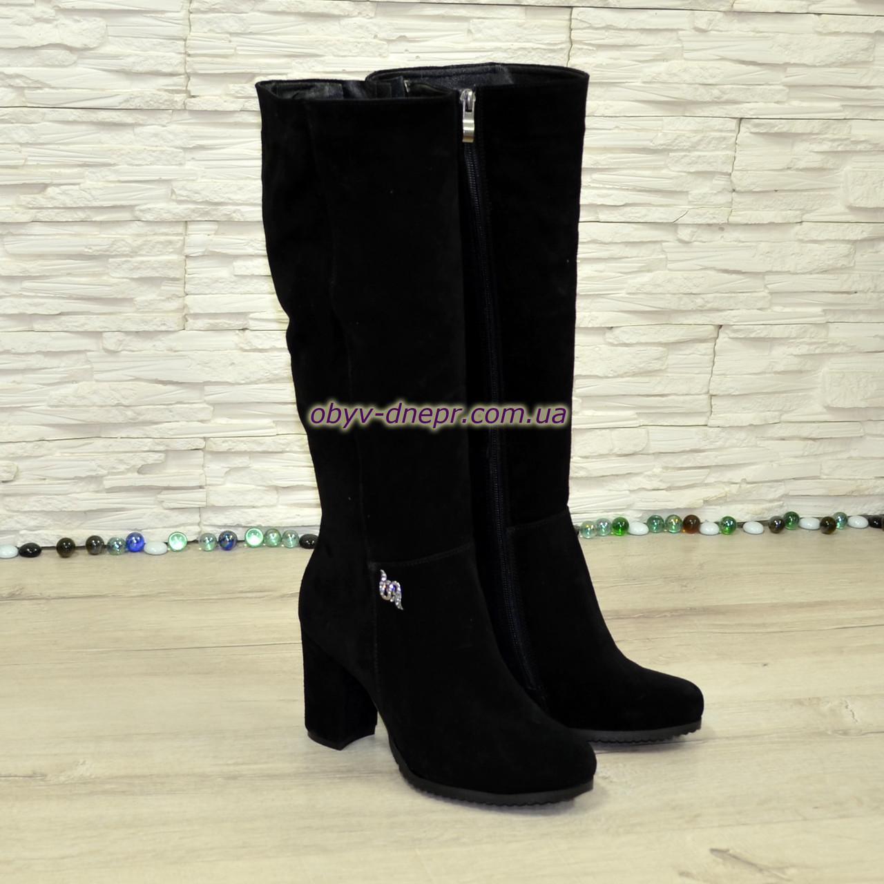 Сапоги черные зимние замшевые на устойчивом каблуке, декорированы фурнитурой