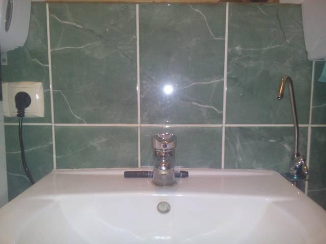 Розетка с подключенной помпой и установленный питьевой кран