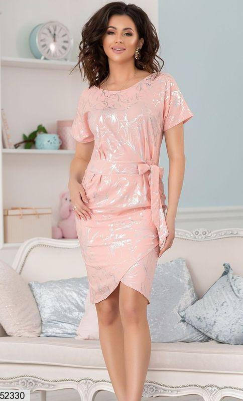Летнее платье асимметрия облегающее короткий рукав персикового цвета принт