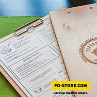 Папка-планшет из дерева с металлическим зажимом и лазерной гравировкой.