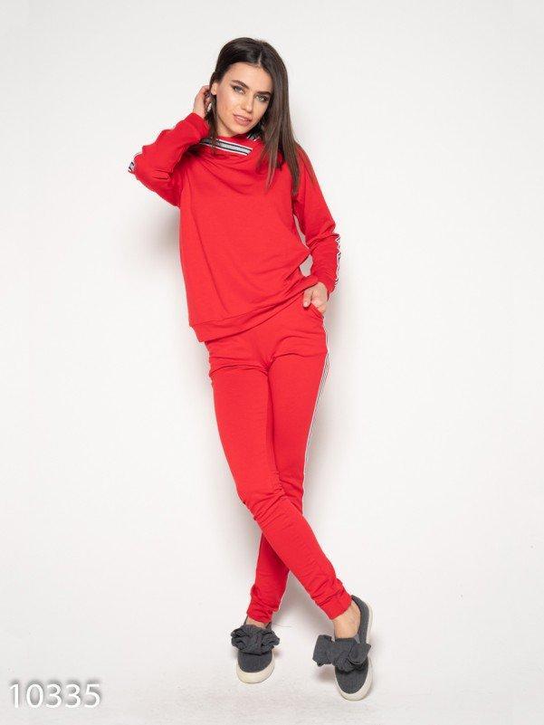 Красный спортивный костюм с блестящей полосатой тесьмой