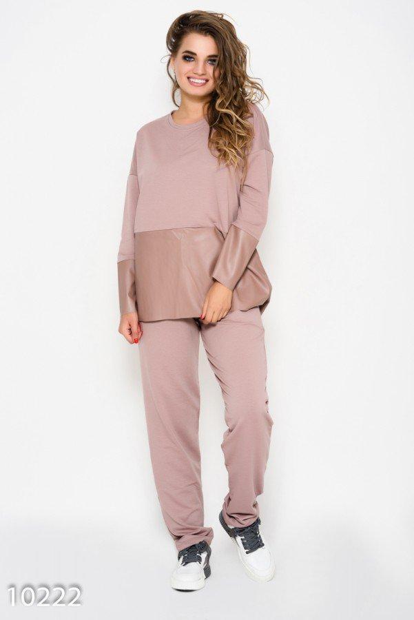 Розовый спортивный костюм с удлиненной спинкой и вставками из эко-кожи