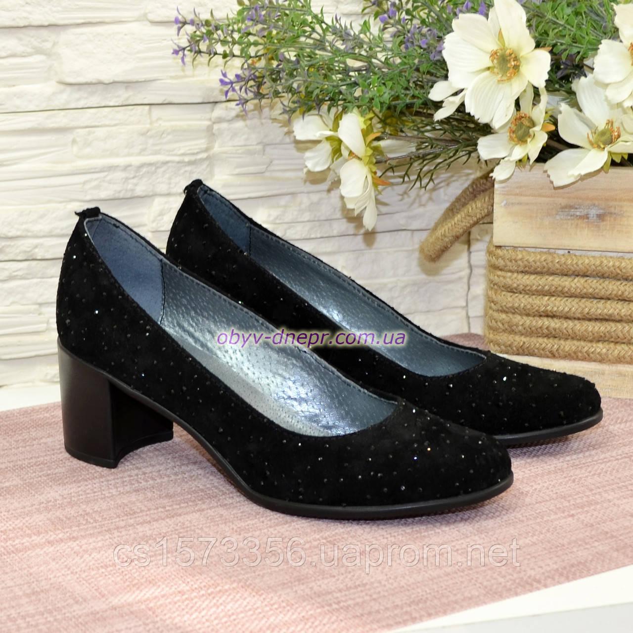Туфли женские замшевые на каблуке, декорированы камнями