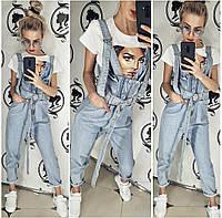 Женский джинсовый комбинезон с длинными регулируемыми лямками.