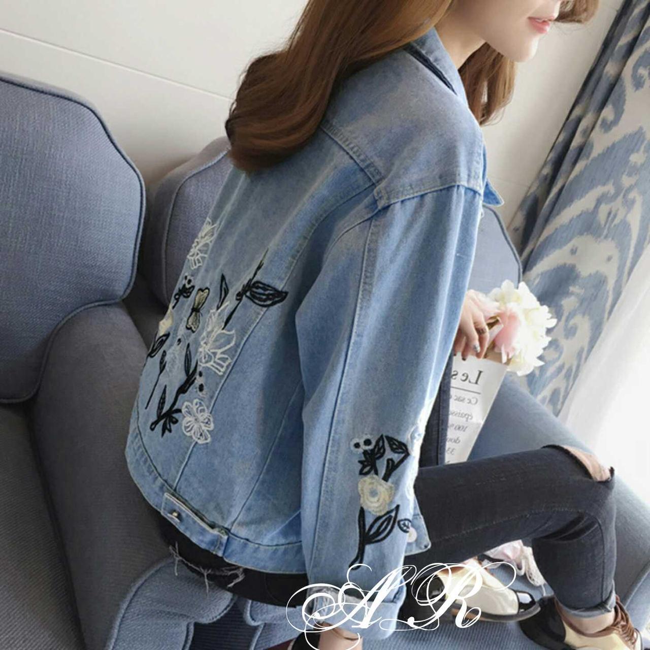 Стильная джинсовая куртка с цветочным принтом. Размер 42-44, 44-46