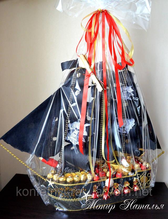 Корабель з цукерок директорові