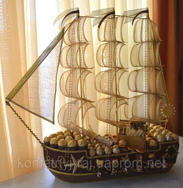 Корабель з цукерок золотий