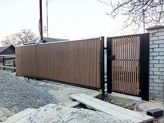 Откатные ворота с двусторонним вертикальным заполнением деревянным брусом. Использована фурнитура для откатных ворот Rolling Center (Италия)