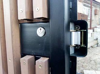 Калитка с накладным электромеханическим замком CISA