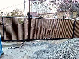 Откатные ворота с прямоугольной консольной частью обшитые деревом