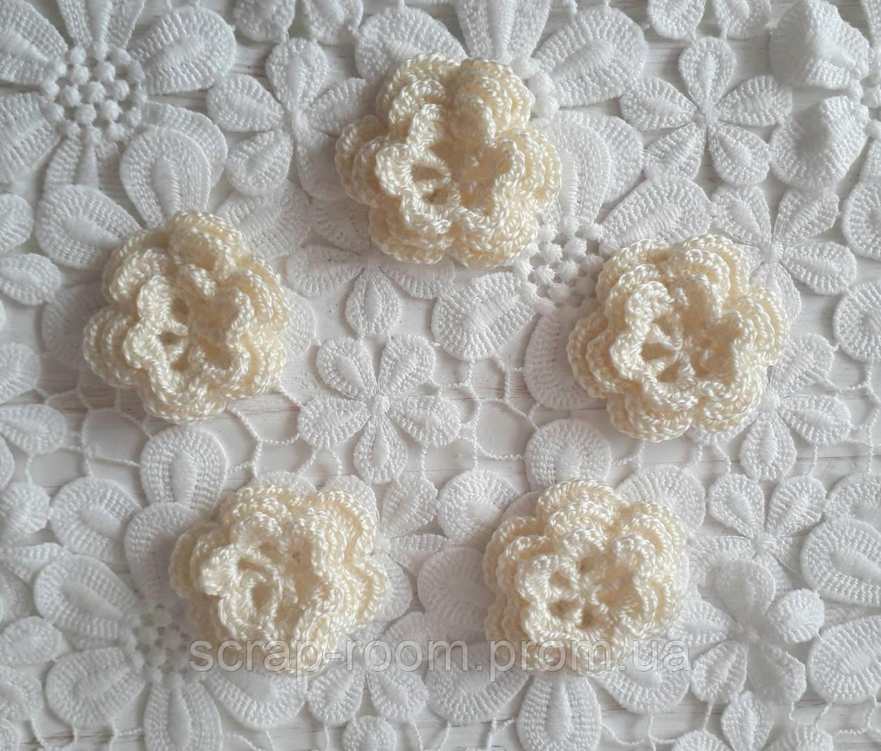 Вязаный цветок кремовый трехслойный, вязаный цветок 4 см, цветок вязаный кремовый ручная работа.