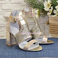 Стильные женские кожаные босоножки на высоком устойчивом каблуке, цвет золото