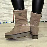 Замшеві черевики демісезонні вільного взування на прихованій танкетці, колір бежевий, фото 2