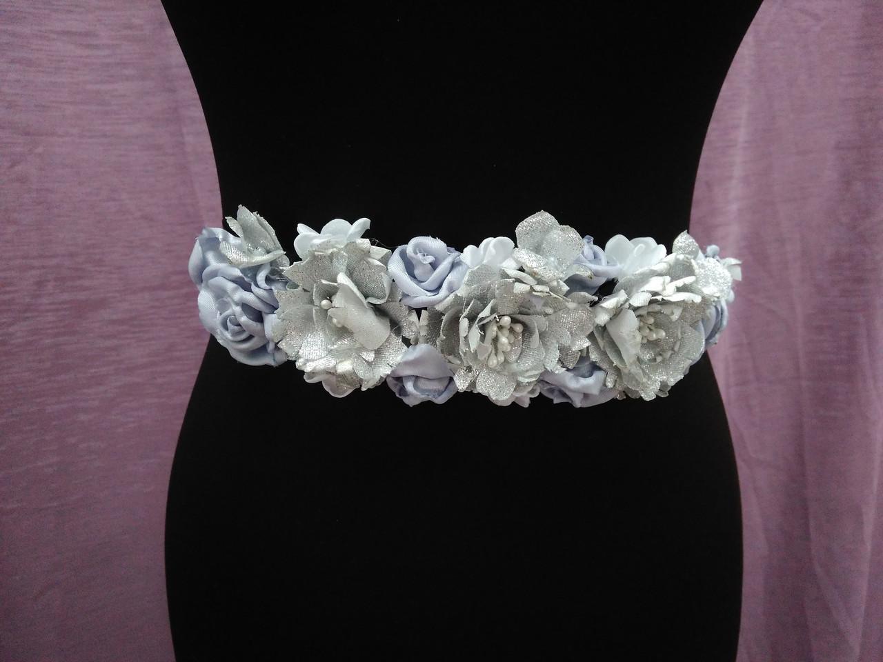 Пояс на ленте с цветами из ткани серебряный с черным