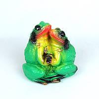 Пара обнимающихся лягушек