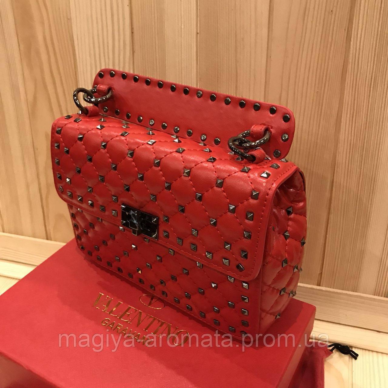 da975e02cbab Женская кожаная сумка Valentino Garavani Rockstud Spike medium Цвет красный  - Магия Аромата - Парфюмерия,