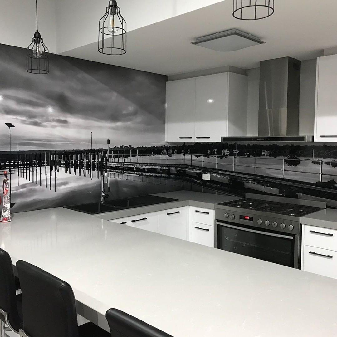 Чёрно-белое стекло - скинали для кухни